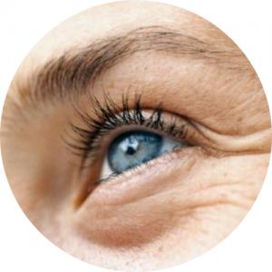 zmarszczone niebieskie oko